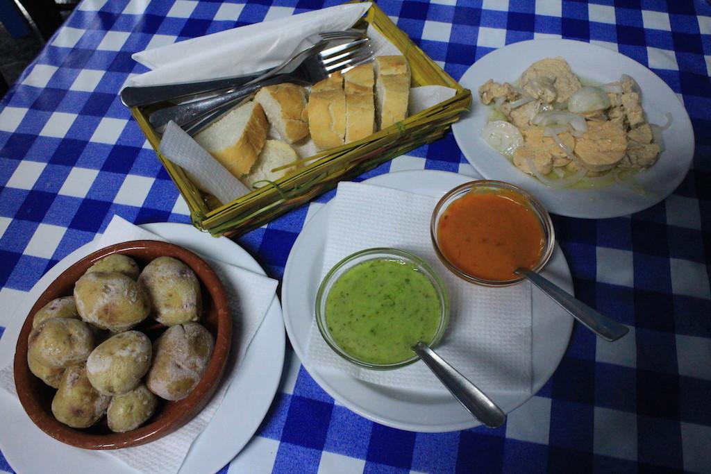 中間兩個鮮豔的醬是上次介紹過的加納利醬mojo,在這一定要配小馬鈴薯吃~旁邊是鱈魚卵,好吃!