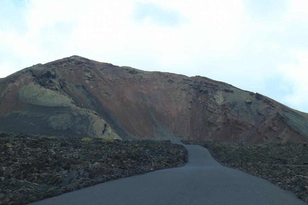 車開一開好像就會掉進火山口...