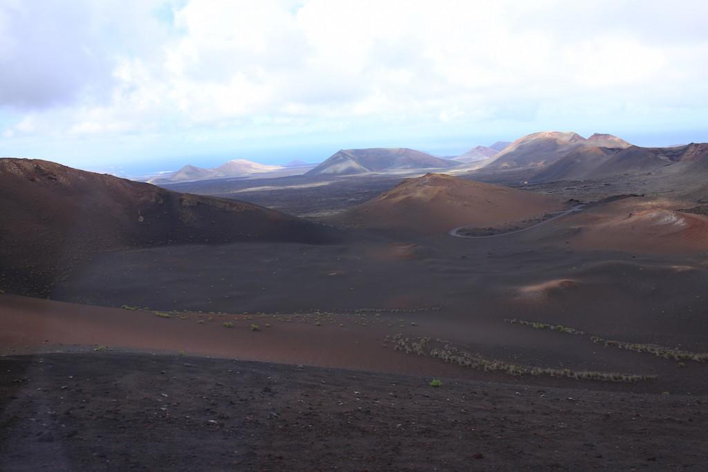 無邊無際的荒漠和連綿不絕的火山