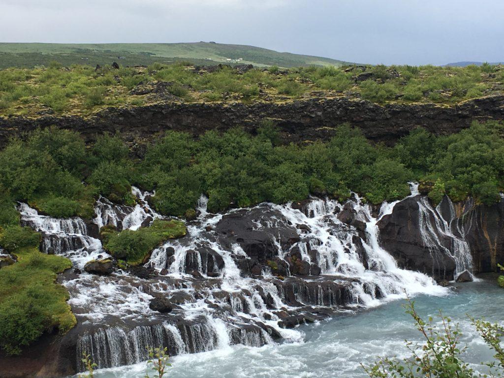 帶爸媽自駕環冰島攻略:Hraunfossar瀑布