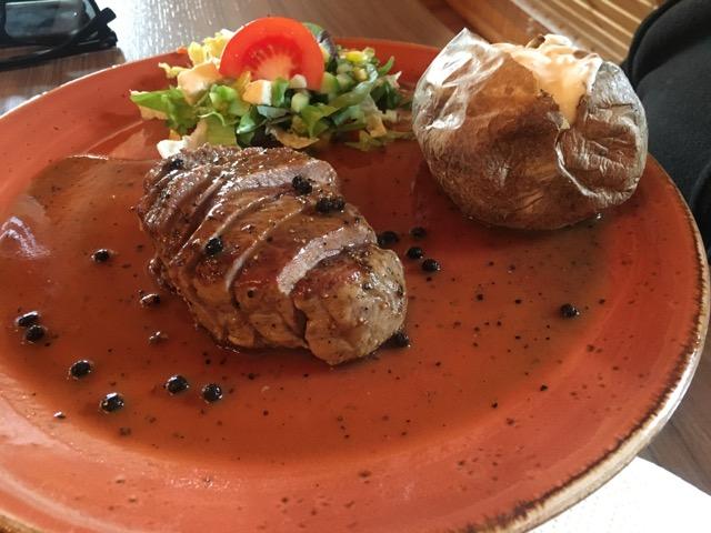 冰島環島自駕環島攻略Day4:東海岸餐廳Cafe Nielson牛排佐馬鈴薯