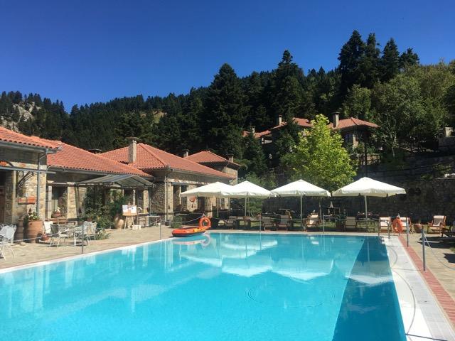 希臘天空之城Meteora住宿推薦 Montanema Handmade Village游泳池