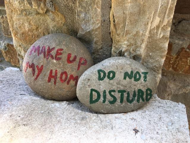 希臘天空之城Meteora住宿推薦 Montanema Handmade Village石頭