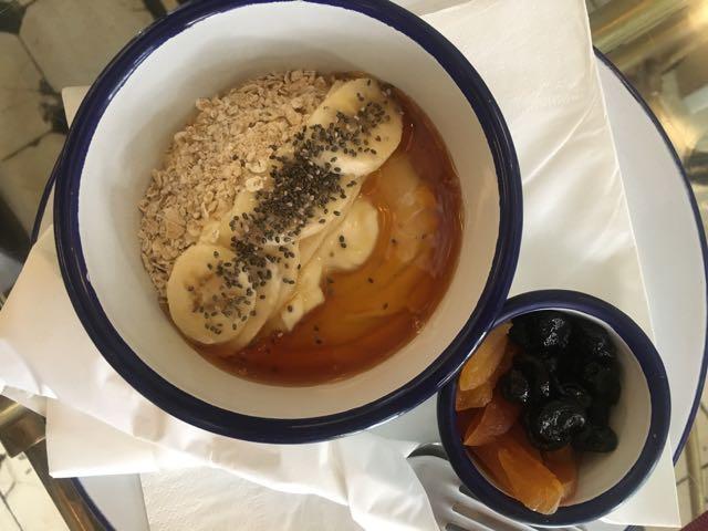 健康水果優格加乾果早餐