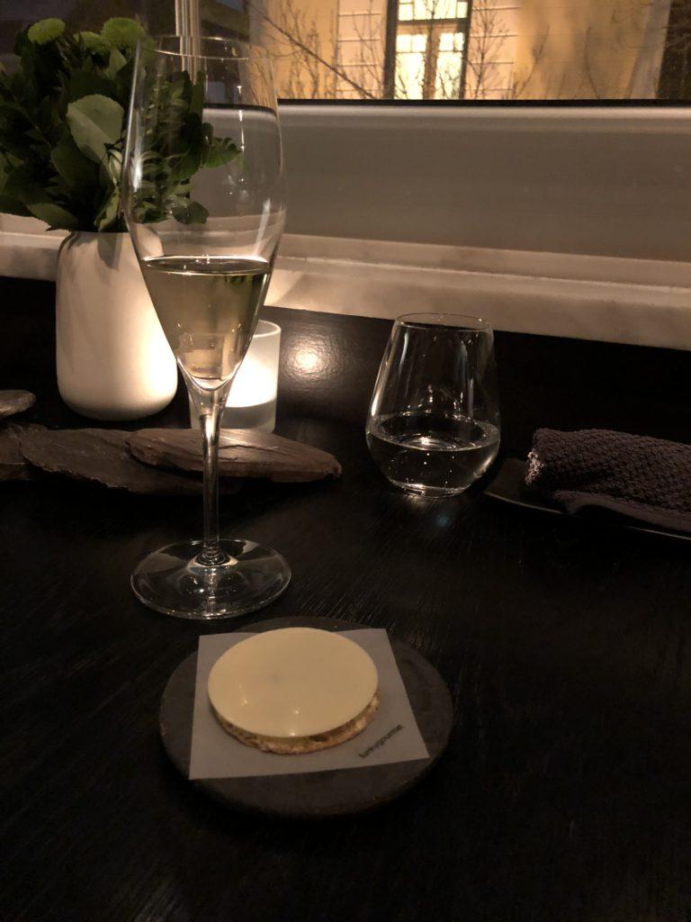 Greek bottarga tartlet with white chocolate 用白巧克力夾著生魚tartar