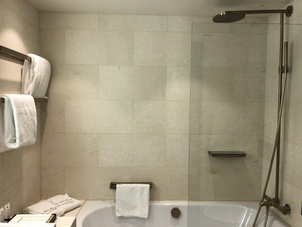 Hotel At Six 小巧的浴室