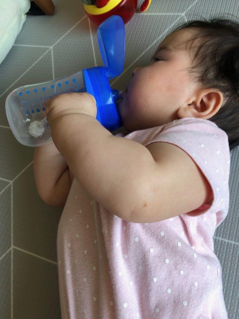 Mila 第一次喝水